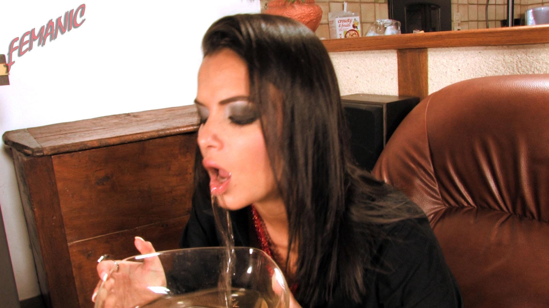 Sasha kiss peeing